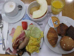 朝食はホテルでバイキング