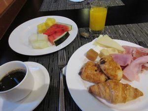 朝食はホテルのバイキング