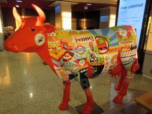 マドリード空港の牛のオブジェ