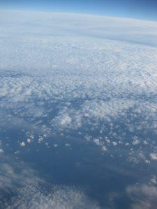 飛行機の窓から見た空の様子
