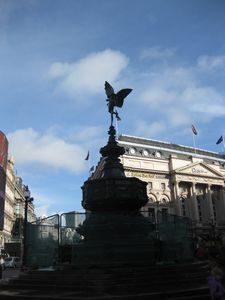 ピカデリーサーカスのエロス像